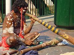 Aborigen tocando el dijeridoo