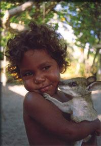 Niña aborigen con bebé Kanguro