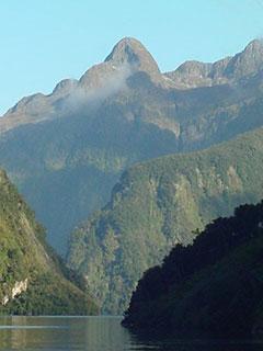 Altas montañas bordean el fiordo