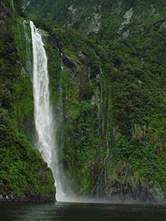 Cascada cayendo sobre el fiordo