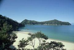 Una solitaria playa y una isla desierta al fondo