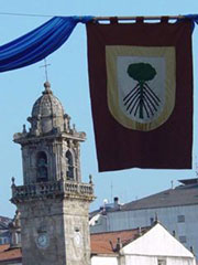 La Torre del Reloj y uno de los blasones de la Feria Franca Medieval