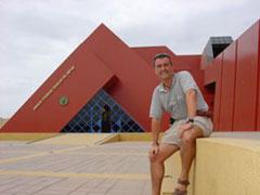 Delante del museo
