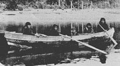Familia kawashkar en su canoa (foto cortesia de Felipe Rudlopf)