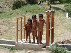 Niños desnudos camino de Túcume