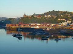 Angelmó en Puerto Montt, bañado por la luz dorada del amanecer