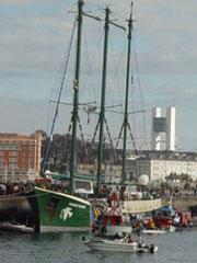 El Rainbow Warrior, buque insignia de Greenpeace, en La Coruña