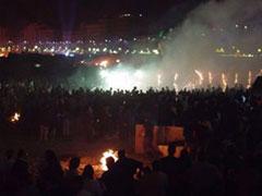La falla ardiendo a medianoche rodeada de miles de personas