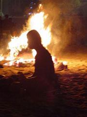 El humo y el fuego distorsionan y dan aspecto espectral a la gente