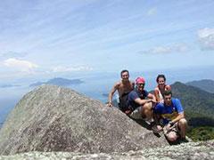 Foto de grupo, Nelio, Carlos, Sandra y Toba de izda a dcha en la cima del pico Papagayo, Ilha Grande, Brasil