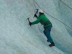 Practicando la escalada en hielo en el glaciar Grey