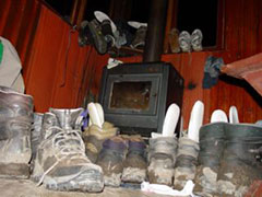Las botas a secar en el refugio Dickson (mis Panama Jack no están)