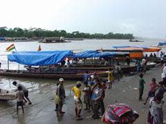El cruce del río en canoas