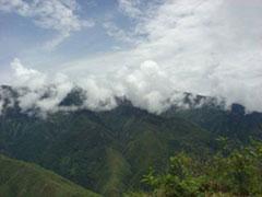 Una carretera entre nubes