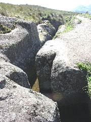 El canal pre-inca tallado en piedra en zig-zag