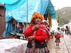 Madre e hija en mercado de Pisac