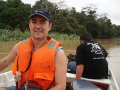 En el río Kinabatangan camino del campamento (con el motor averiado).