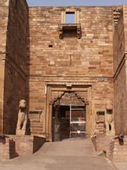 Entrada al museo arqueológico del fuerte de Gwalior.