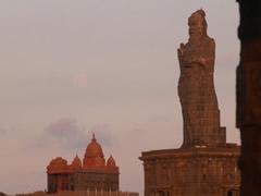 El templo y la estatua en la isla.