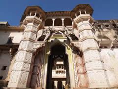 La impresionante entrada con el portón y los elefantes tallados