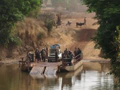 Imágenes tomadas en ruta. Así se cruzan los ríos en Guinea.