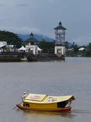 Barca patrocinada en el río de Kuching