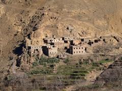 Pueblo en la ladera de la montaña