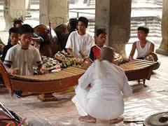 Niños músicos en Angkor Wat
