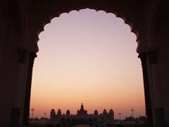 Puerta palacio real de Mysore al atardecer