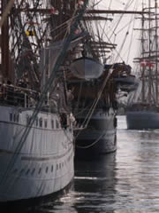 Barco atracando en puerto