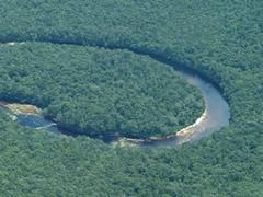 El río forma meandros muy amplios