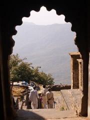 Puerta y peregrinos