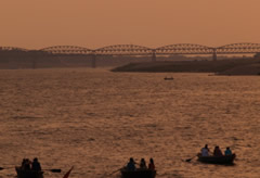 El puente que cruza el Ganges