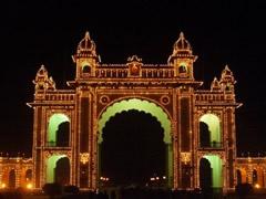 Puerta palacio real de Mysore de noche
