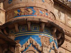 Detalle de los pocos azulejos que quedan en la fachada