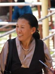 Con el vestido tibetano típico