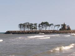 El templo de la orilla desde la playa