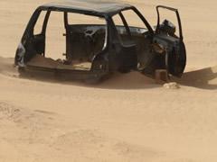 Restos de un coche que no cruzó el Sahara
