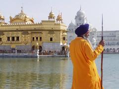 El guardián del templo dorado de los sijs en Amritsar