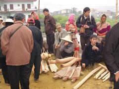 Mercado dominical en Bac Ha. Arados de madera