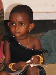 Niña que vive en los canales de Kerala