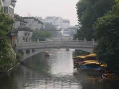 Nanjing. Puente y barcas