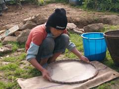Limpiando el arroz en el albergue Khecheopalri