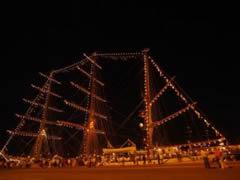 El barco Sagres, buque escuela portugués, de noche