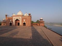 La mezquita con el río Yamuna
