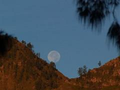 La luna llena descendiendo