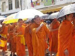 El festival del agua. Monjes