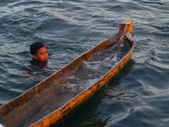 El niño con la barca inundada
