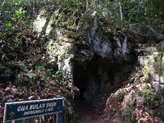Pasaje estrecho en la cueva Moonmilk