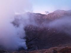 Amanecer desde el cráter, con el Meru al fondo